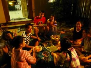 ein feines Nachtessen draussen (Fleisch und Gemüse im Topf selbst braten) mit Vorstellung der Familie