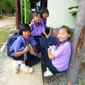 BNK Kinder warten auf den Schultransport